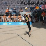 Chantal Laboureur mit dem Service beim FIVB Beachvolleyball Major Hamburg 2016