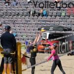 Das Foto zeigt Julia Sude mit Blockversuch auf dem FIVB Beachvolleyball Major Hamburg 2016