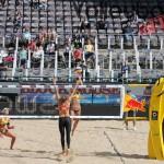 Das Foto zeigt Katrin Holtwick mit dem Shot gegen Kanada beim FIVB Beachvolleyball Major Hamburg 2016