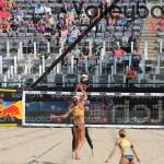 Das Foto zeigt den Shot von Ilka Semmler gegen Kanada beim FIVB Beachvolleyball Major Hamburg 2016