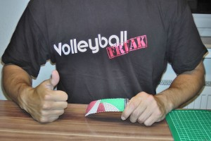 Das Bild zeigt den VolleyballFREAK mit dem fertigen DIY Volleyball Schlüsselanhänger