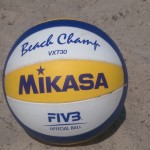 Das Foto zeigt den Mikasa VXT 30 Beachvolleyball im Sand.
