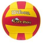 Das Foto zeigt den Wilson Super Soft Play Beachvolleyball. Er ist rot / gelb.