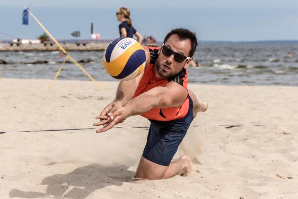Das Foto zeigt einen Beacher bei einer Abwehrübung im INCHEZplus Beachvolleyballcamp ( Foto: Gerold Rebsch beachpics.de)