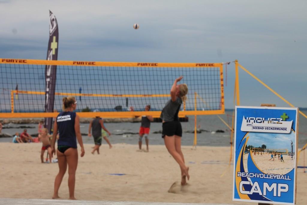 Das Foto zeigt 2 Beachvolleyballspieler auf dem Inchezplus Beachvolleyballcamp Ueckermünde.