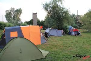Das Foto zeigt den improvisierten Campingplatz beim Inchezplus Beachvolleyballcamp Ueckermuende