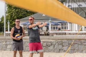 Auf dem Foto korrigiert Markus Benthien die Ausführung der Übung im INCHEZplus Beachvolleyballcamp ( Foto: Gerold Rebsch beachpics.de)
