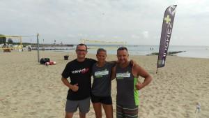 Das Foto zeigt Volleyballfreak Steffen mit Bina und Knut von INCHEZplus beim Beachvolleyballcamp in Ueckermünde