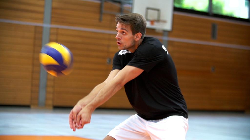 Das Foto zeigt im Auschnitt die Ball Annahme aus der Volleyballtrainings DVD von Max Hauser.