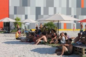 Die Teilnehmer der Holwaider Beachwoche chillen zwischen den Spielen.