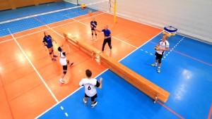 Das Bild zeigt einen Auschnitt aus der Trainingsdvd mit einer Übung zum Technikerwerbstraining im Volleyball.