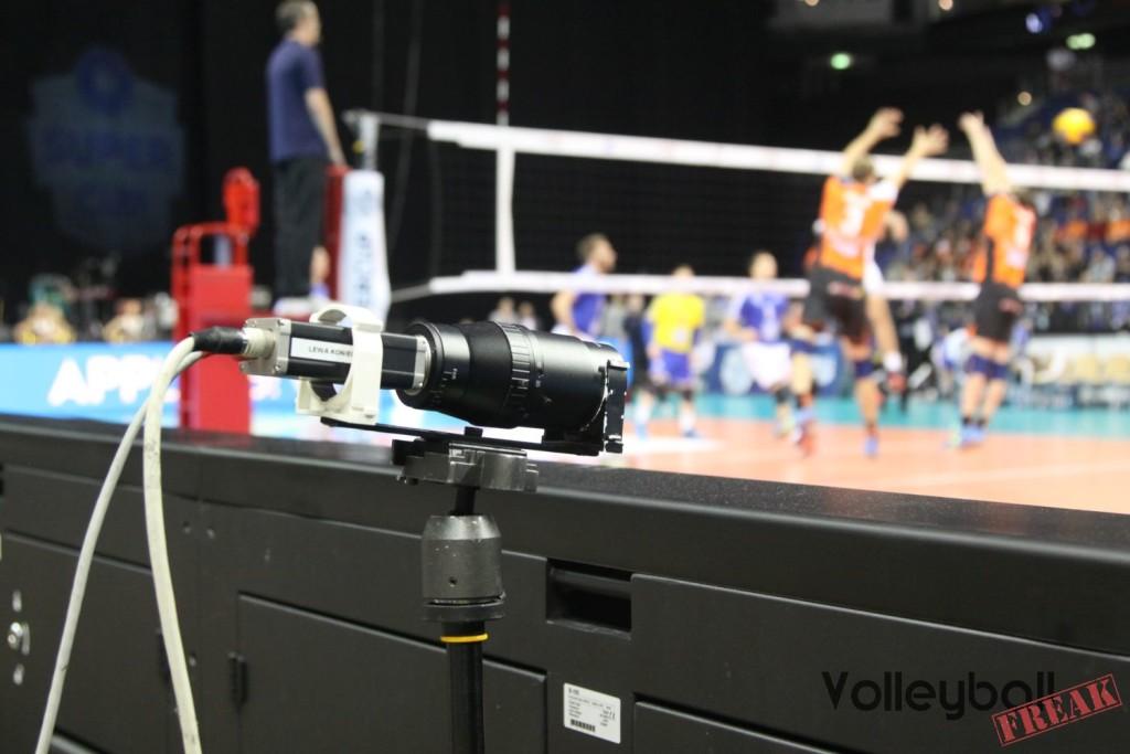 Das Foto zeigt Eine der unzähligen Kameras für das Videochallenge-Sytem beim Volleyball Supercup 2016. Im Hintergrund unscharf ist ein Spielszene vom Supercupspiel VFB Friedrichshafen gegen BR Volleys