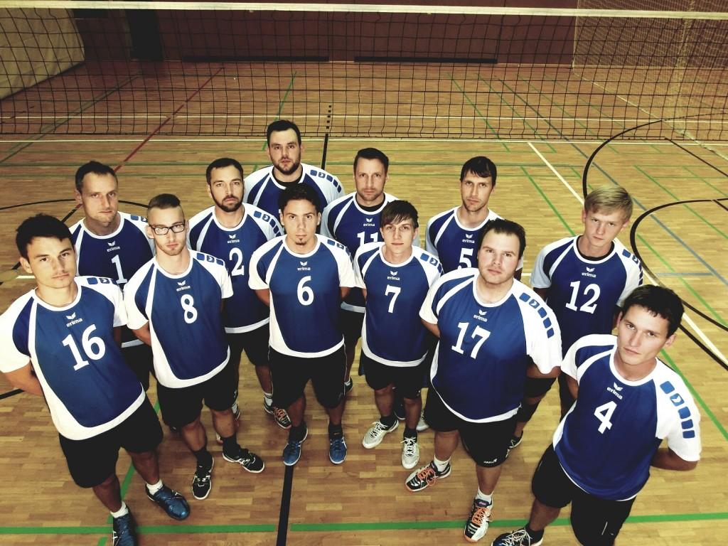Das Teamfoto der Herrenmannschaft vom Kremmener SV in Halbkreis-Auftellung. Im Hintergrund sieht man das Volleyballnetz.