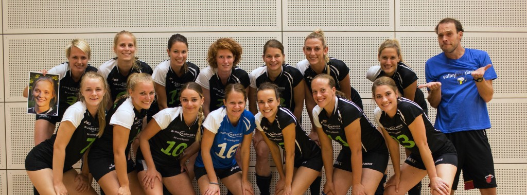 Die Damen von KT 43 Köln ergänzen fehlende Spielerinnen mit einem Foto