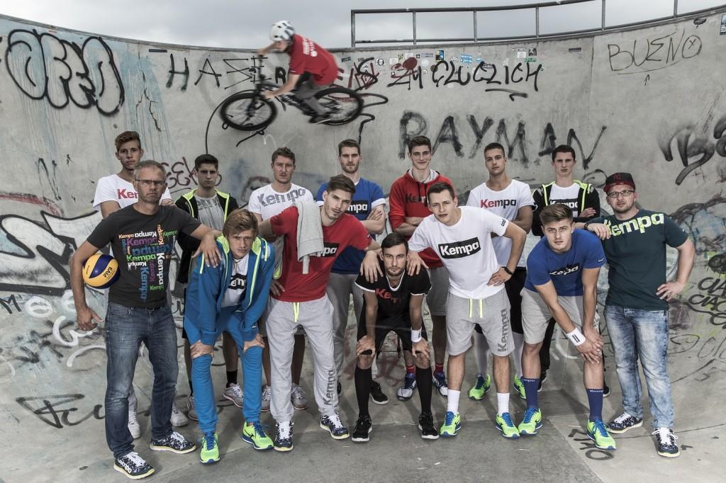 Das Foto zeigt ein super Teamfoto der United Volleys aus Frankfurt in einem Skaterpark (Foto: Manfred Neumann)