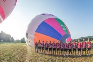 Das Volleyballteam vom VC Eltmann mit einem Teamfoto vor einem Heißluftballon.