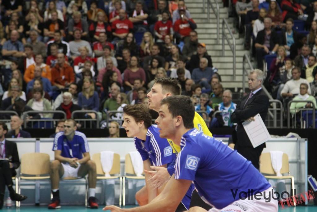 VFB Libero Markus Steuerwald (gelbes Trikot) erwarten zusammen mit den Außenangreifern den gegnerischen Aufschlag beim Volleyball Supercup 2016
