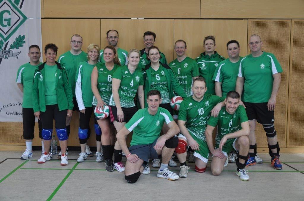 Das Bild zeigt ein lockeres Teamfotos mit den Volleyballern des SV Grün Weiß Großbeeren