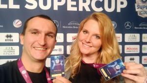 VolleyballFREAK Steffen und Caro mit Presseausweis vor der Sponsorenwand beim Volleyball Su