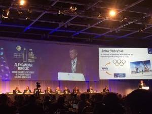 Der CEV Präsident Borocic spricht auf dem Kongress über die Zukunftspläne mit dem Snow Volleyball