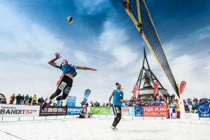 Das Foto zeigt ein Snow Volleyballer während des Angriffs beim Turnier in Kronplatz 2016.