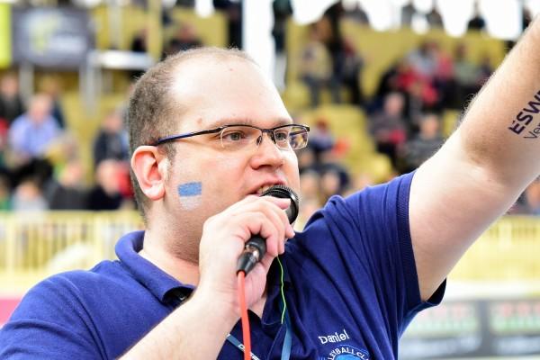 """Daniel Schmidt (34) ist Geschäftsführer der Kommunikationsagentur D3Smedia in Frankfurt. Der ausgebildete Sprecher und Radiomoderator hat über 10 Jahre Erfahrung als Hallen- und Stadionsprecher unter anderem in der Volleyball- und Frauenfußball-Bundesliga. Für die Volleyball Bundesliga reist er als Mitglied des """"Kompetenzteams Eventisierung"""" durch die Republik und berät Erst- und Zweiligisten hinsichtlich der Eventisierung der Heimspieltage. Darüber hinaus ist er der Macher der Facebook- und Xing-Initiative """"Bringt Volleyball in die Medien!""""."""