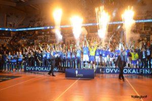 Das Foto von der Siegerehrung DVV Pokalfinale 2017 mit MTV Stuttgart und VFB Friedrichshafen in der SAP Mannheim.