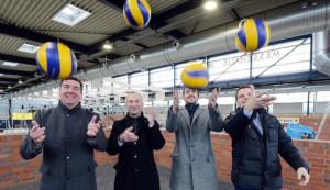 Das Foto zeigt Volleyball-Trainer Oliver Wagner, Husums Bürgermeister Uwe Schmitz, Ole Singelmann (Vorsitzender der Husumer Interessensgemeinschaft Gewerbegebiet Ost) und Messe-Geschäftsführer Peter Becker (v. l.) haben eine Vision vom Husumer Erstligateam mit Hilfe der Bundesliga Wildcard.