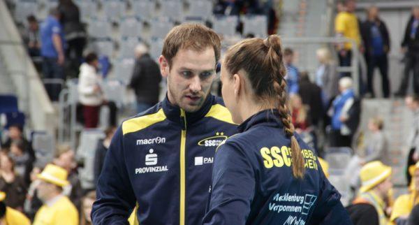Das Foto zeigt Felix Koslowski im Einzelgespräch mit einer Spielerin vom SSC Schwerin