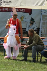 Das Foto zeigt einen Mann im Einhorn-Kostüm auf dem Otto-Scharfenberg-Turnier in Bad Liebenstein.
