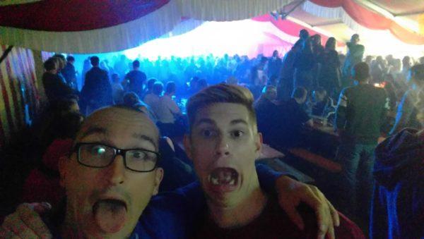 Das Foto zeigt Volleyballfreaks Steffen und Tobi bei der Party auf dem Otto Scharfenberg Turnier.