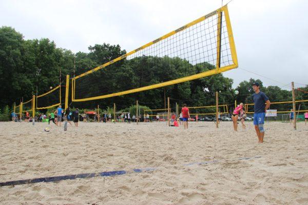 """Das Foto zeigt die 8 Felder Beachvolleyballanlage """"Beachpark Cologne"""" während des Turniers """"Beachen mit dem VolleyballFREAK"""""""