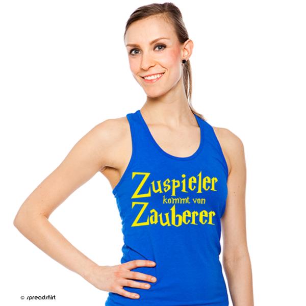 """Das Foto zeigt eine Volleyballerin in einem blauen Tank Top und der Aufschrift """"Zuspieler kommt von Zauberer""""."""