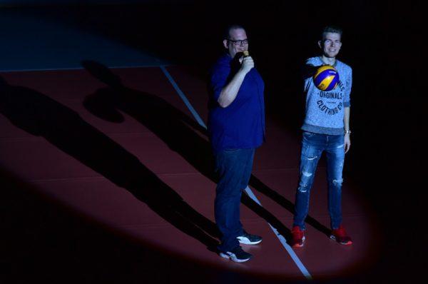 Das Foto zeigt Daniel R. Schmidt und Daniel Höhr vom Volleyball Podcast Block und Spike auf dem Volleyballfeld