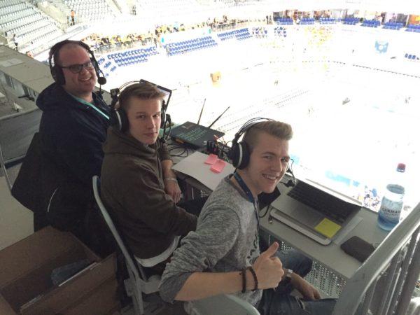 Das Foto zeigt Block und Spike während der Liveberichterstattung beim DVV-Pokalfinale 2017 zusammen mit Experte Jan Röling