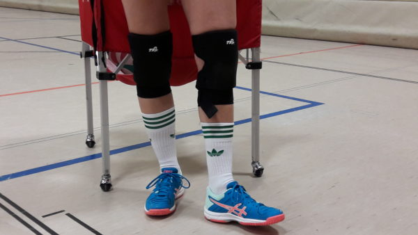 Das Foto zeigt die 2 Beine von VolleyballFREAK Eva mit den Volleyball Knieschoner TR2 und TR2 Plus beim Test..
