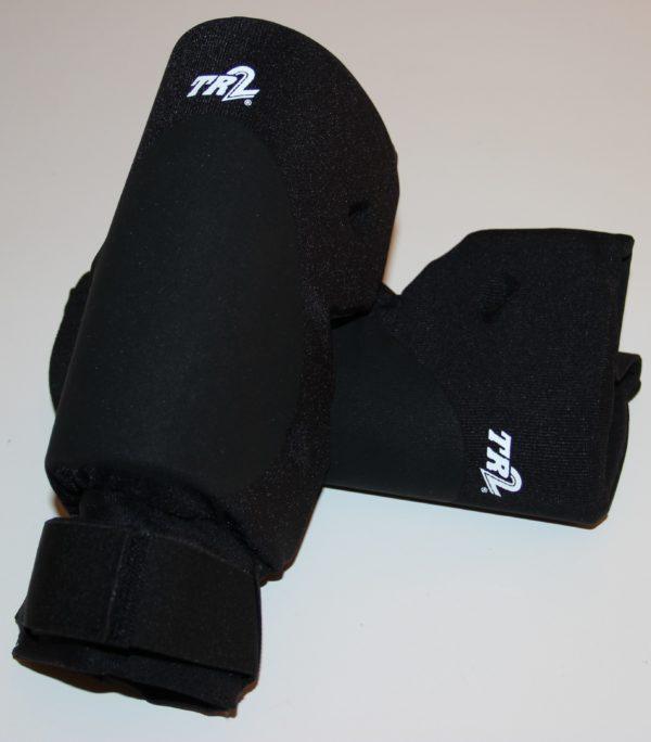 Das Foto zeigt das Volleyball Knieschoner Paar TR 2 Plus mit Klettverschluss in schwarz.