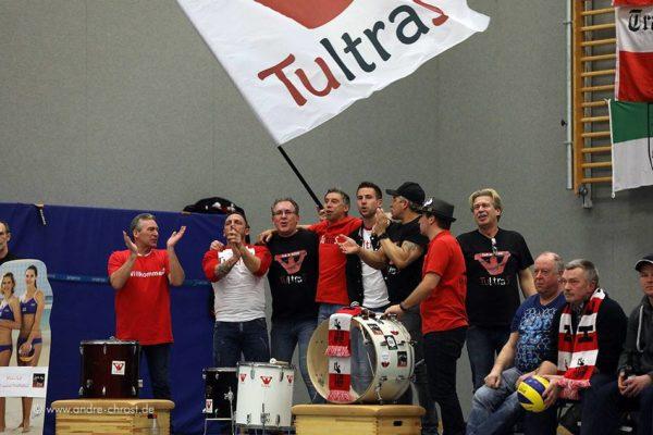 Das Foto zeigt den Fanclub TultraS beim Anfeuern während eines Spiels des TuS Herten