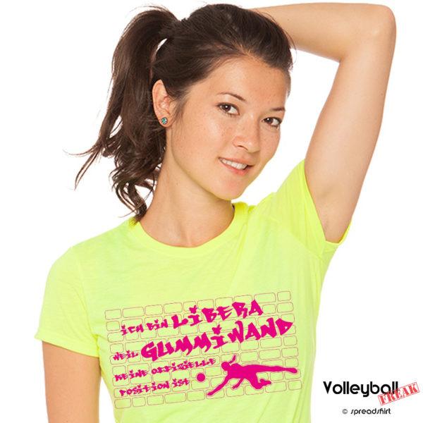 Das Foto zeigt eine Frau im blauen T-Shirt mit dem Motiv Gummiwand Libera im Volleyball.