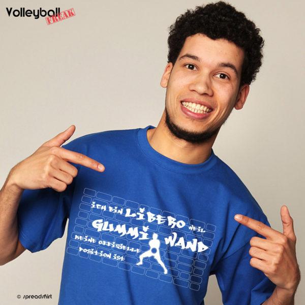 Das Foto zeigt einen Mann im blauen T-Shirt mit dem Motiv Gummiwand Libero im Volleyball.