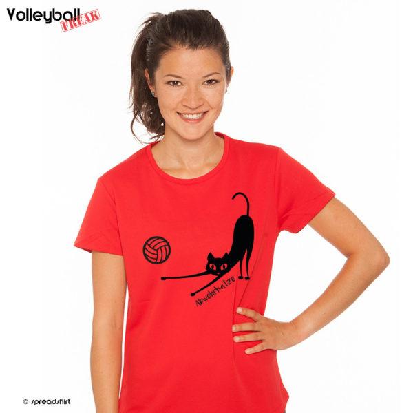 Das Foto zeigt ein Model im roten T-Shirt mit dem Motiv der Volleyball Abwehrkatze. Dies ist perfekt für flinke Volleyballspieler.