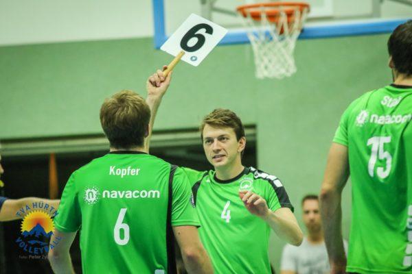 Das Foto zeigt einen Wechsel in der 2. Volleyball-Bundesliga. Der Wechselspieler hält eine Wechseltafel mit der Nummer 6.