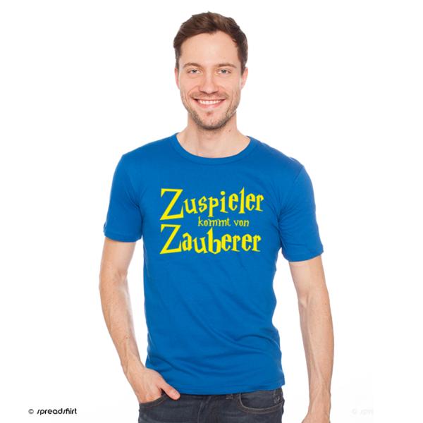 """Das Foto zeigt ein Model im blauen T-Shirt und dem Volleyball Motiv """"Zuspieler kommt von Zauberer"""""""