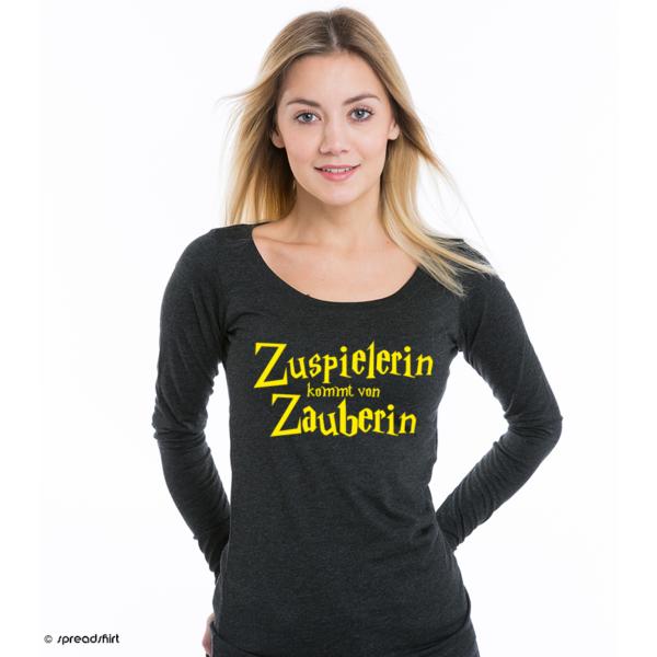"""Das Foto zeigt ein Model im schwarzen Pulli und dem Volleyball Motiv """"Zuspielerin kommt von Zauberin"""""""