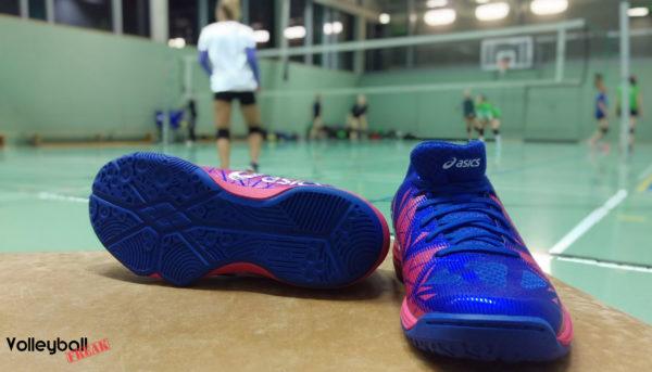 Das Foto zeigt den Damenvolleyballschuh Gel-Fastball 3 von Asic einmal von vorne und einmal die Sohle.