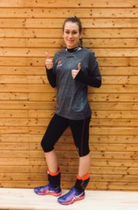 Volleyballschuh Testerin Lisa gibt beide Daumen hoch für ASICS Gel-Fastball 3 als Liberoschuhe.