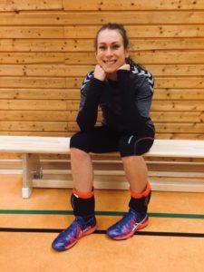 Testerin Lisa mit den Volleyballschuhen Asics Gel -fastblast 3 beim Training.