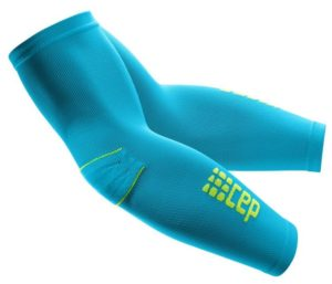 Das Foto zeigt die CEP Arm Sleeves Armstulp in den Farben hawaii blue-green