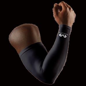 Das Foto zeigt eine schwarze McDavid Kompressions Armsleeve an einen echten Arm.