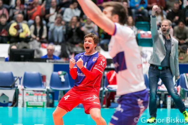 United Volleys Spieler Patrick Steuerwald (rot-blaues Trikot) jubelt über den Punkt. Im Vordergrund sieht man unscharf Julian Zenger und im Hintergrund Michael Warm.